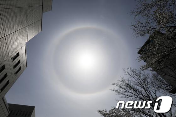 서울 하늘에 나타난 \'둥근 무지개\' 해무리