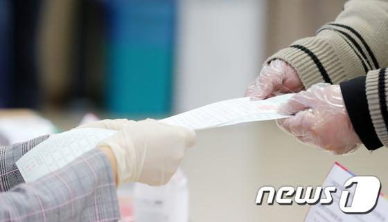 코로나19 확산 방지…사상 초유 '비닐장갑' 끼고 투표?