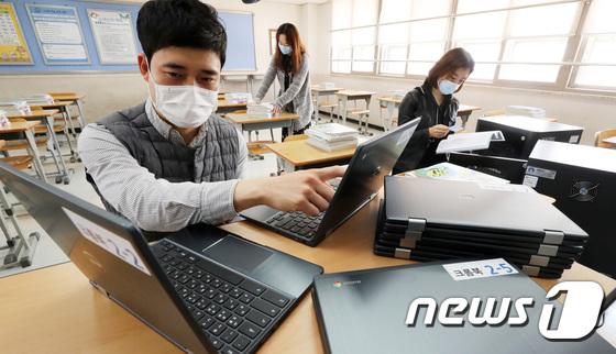 온라인 개학 앞두고 학생들을 위한 스마트 기기 준비
