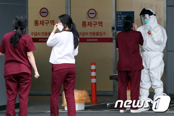 줄 지어 코로나 검사받는 의정부성모병원 의료진