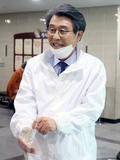 사전투표 위해 비닐장갑 착용하는 김광수 후보