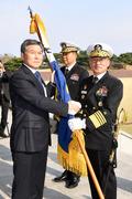 국방부 장관에게 해군기 받는 부석종 신임 해군참모총장
