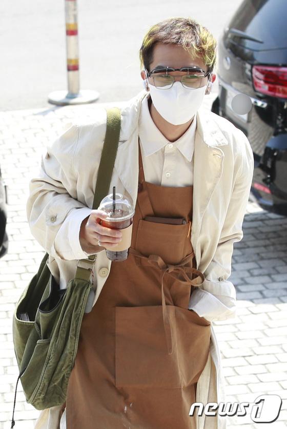 송민호, 오늘은 카페 사장님 패션