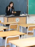 혼자 교실에서 수업하는 교사