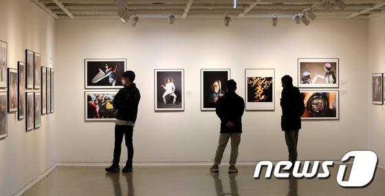 사회적거리 두며 한국보도사진전 관람