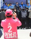 이낙연 위원장 촬영하는 미래통합당 선거운동원