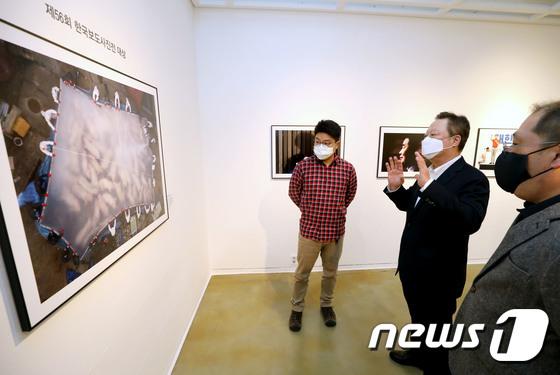 박용만 회장, 제56회 한국보도사진 대상 감상