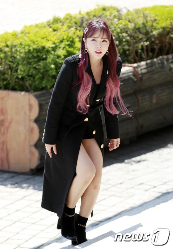 홍진영, 출근길 패션은 초미니
