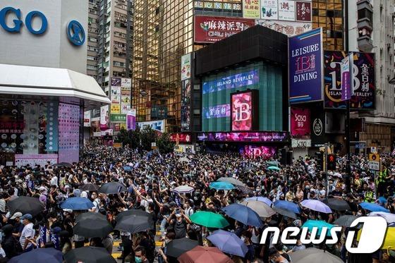 홍콩 시민들, \'다시 거리로\'