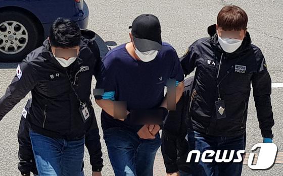 소형 보트로 밀입국한 중국인 태안경찰서로 이송