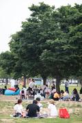 초여름 더위에 나무그늘 아래 모인 시민들