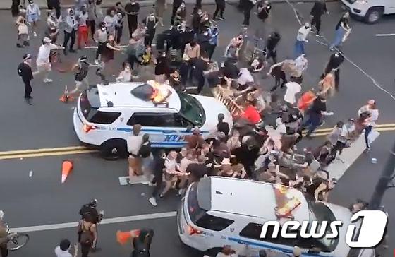 뉴욕경찰차, \'흑인사망\' 시위대 한복판으로 돌진