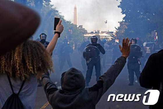 흑인사망 시위대 백악관 들이닥치자…트럼프, 지하벙커로 한밤 피신
