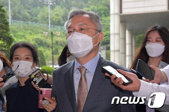 국회의원 신분으로 공판 마친 최강욱 대표