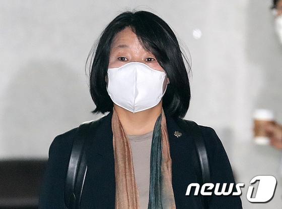 윤미향 의원 '나비배지 달고 출근'