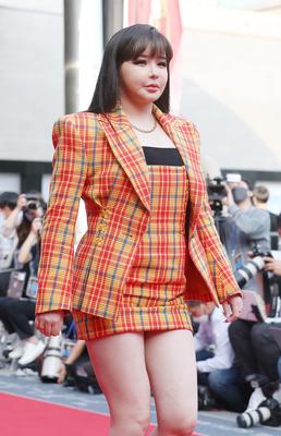 """[직격인터뷰] 박봄 측 """"성형 NO...편하고 여유있게 지내며 살 조금 올라..."""