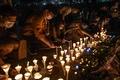 [사진] 텐안먼 희생자 추모 촛불 켜는 홍콩 시민들