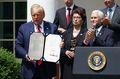 [사진] 서명한 급여보호프로그램 완화 법안 든 트럼프
