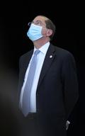 [사진] 마스크 쓴 채 하늘 바라보는 아자르 美 보건복지