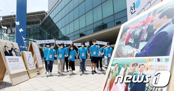 서울역 앞에서 열린 6.15 공동선언 20주년 기념전시