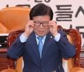 안경 고쳐쓰는 박병석 국회의장