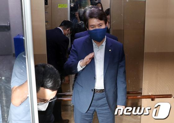 """靑 """"통일부 장관 검증 착수"""" 미소 짓는 이인영"""