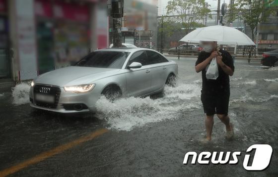 빗물에 잠긴 부산 도로