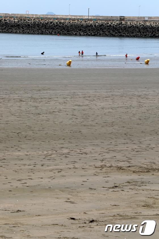 코로나19 여파...한산한 해수욕장