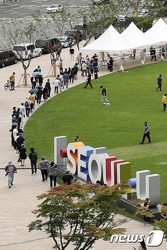 서울광장 분향소 찾은 시민들
