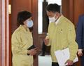 코로나19... 대화 나누는 박능후 보건부 장관과 이의경 식약처장