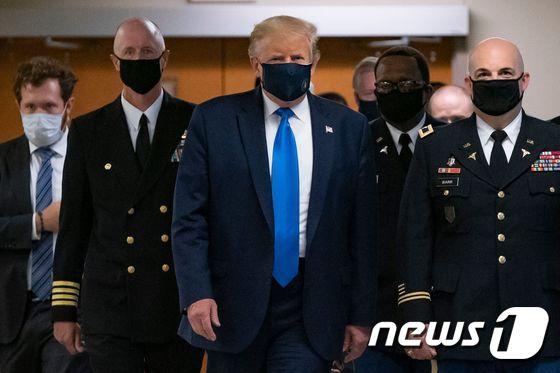 마스크 쓴 트럼프 미 대통령…공식 석상서 첫 착용