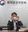 안경 고쳐쓰는 박준식 최저임금위 위원장