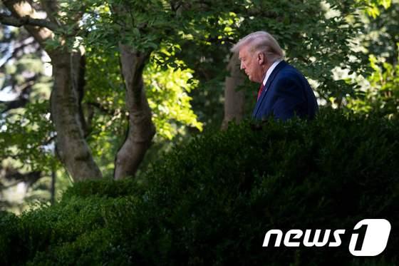 [사진] 기자회견 도착하는 어깨 처진 트럼프의 모습