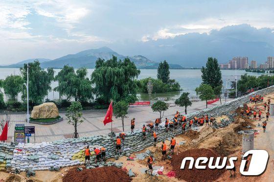 [사진] 포양호 유역에서 임시제방 쌓는 중국군