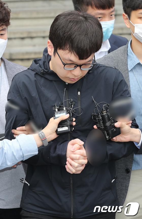 검찰로 송치되는 \'조주빈 공범\' 남경읍...신상공개