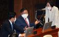 의원들과 이야기 나누는 김태년 원내대표