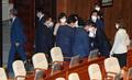 본회의 마친 뒤 의원들과 주먹인사 나누는 김태년