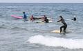 '파도 위에서 즐기는 서핑'