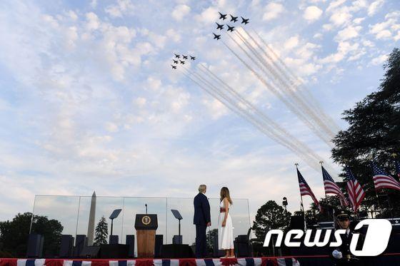 [사진] 독립기념일 에어쇼 보는 트럼프와 멜라니아