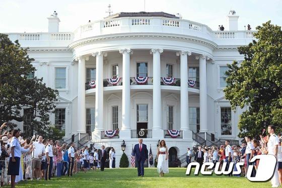 [사진] 트럼프와 멜라니아 등장 환호하는 지지자들