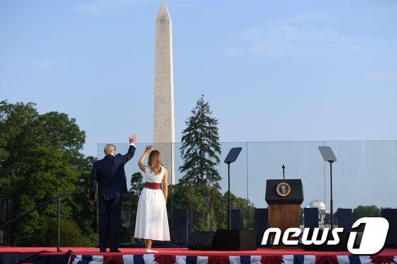 [사진] 독립기념일 행사 참석자에 손 흔드는 트럼프 부부
