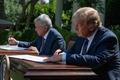 [사진] 공동선언문에 서명하는 트럼프와 멕시코 대통령