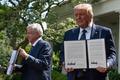 [사진] 공동선언문 들어보이는 트럼프와 멕시코 대통령