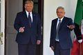 [사진] 멕시코 대통령 환영하며 엄지 치켜세우는 트럼프