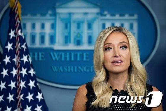[사진] 백악관서 브리핑하는 매커내니 대변인