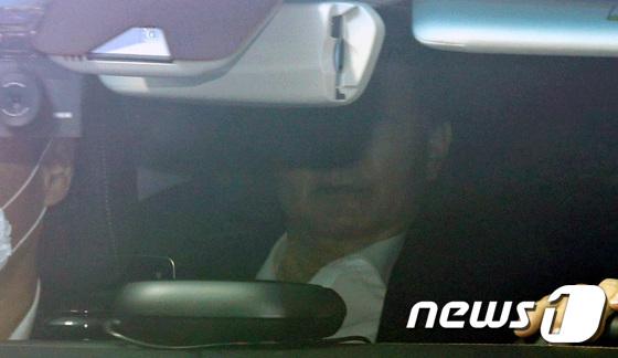굳은 얼굴로 출근하는 윤석열 검찰총장