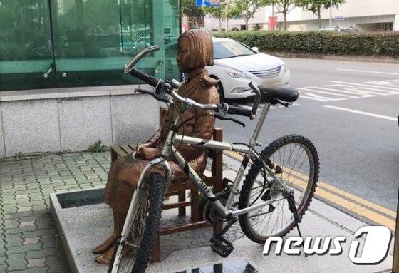 부산 소녀상 또 수난, 이번엔 자전거 테러