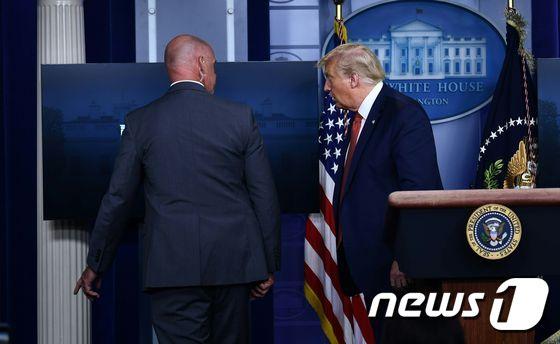 [사진] 브리핑 중 백악관 밖 총소리에 퇴장하는 트럼프