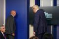 [사진] 백악관 밖 총소리에 브리핑 중 대피하는 트럼프