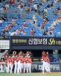 팬들 환호에 응답하는 양현종